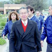 Former Peruvian President Alberto Fujimori leaves his home in the suburbs of Santiago on Saturday, escorted by Chilean police. | KYODO PHOTO