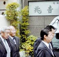 Police investigators enter the main branch of Senba Kitcho in Chuo Ward, Osaka, during a Friday morning search prompted by the high-end restaurant chain's alleged false labeling of beef products. | KYODO PHOTO