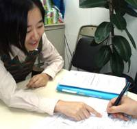 A Japan Association for Refugees staffer offers advice at the group's office in Shinjuku Ward, Tokyo, late last year.   PHOTO COURTESY OF JAPAN ASSOCIATION FOR REFUGEES