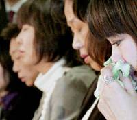Hepatitis C patients suing the state and drugmakers face reporters Thursday in Tokyo after their demand is snubbed. | KYODO PHOTO