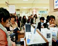 People shop for Shiroi Koibito chocolate cookies in a department store Nov. 22, the first day sales resumed after a mislabeling scandal halted production.   KYODO PHOTO