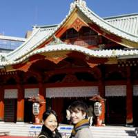 Rodion Moiseev and Shino Narumi pose on Dec. 9 at Kanda Myojin Shrine in Tokyo, where they plan to marry in April. | YOSHIAKI MIURA PHOTO