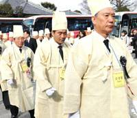 Temple hands remains of Korean war dead to kin