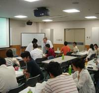 Students of cognitive behavioral therapy learn practical skills from British expert Adrian Wells during a workshop in Tokyo last September for health-care professionals. | PHOTO COURTESY OF THE TOKYO ACADEMY OF COGNITIVE BEHAVIORAL THERAPY