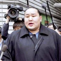Yokozuna Asashoryu is swarmed by reporters in Osaka on Feb. 26. | KYODO PHOTO
