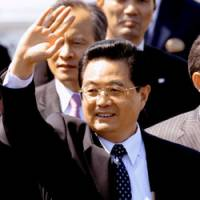 Chinese President Hu Jintao waves to a crowd of well-wishers Tuesday, on his first state visit to Japan. | KYODO PHOTO