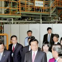Industrial tour: Chinese President Hu Jintao visits a PET bottle recycling plant run by the JFE group in Kawasaki on Friday morning. | KYODO PHOTO