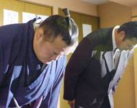 With head bowed: Sumo wrestler Toyozakura apologizes for injuring a junior wrestler with a wooden sword, at a news conference in Tokyo on Saturday. | KYODO PHOTO