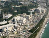 Out with the old: Two reactors at Chubu Electric Power Co.'s Hamaoka Nuclear Power Station in Omaezaki, Shizuoka Prefecture, are to be replaced by a single new reactor at the location marked with a dotted line. | KYODO PHOTO