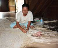Foreign exchange: Ati weaves a sega-rattan 'ajiro' carpet in Kapuas, Indonesia. | KYODO PHOTO