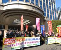 We protest: Around 300 seasonal and former temp workers from Isuzu Motor Co. protest with union members in front of the company's head office in Shinagawa Ward, Tokyo, Wednesday. | YOSHIAKI MIURA PHOTO