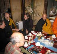Kurt Genso (second from left), gets together with foreign tourists at Muryokoin Temple in Koya, Wakayama Prefecture, in late November. | KYODO PHOTO