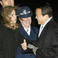 Last hurrah?: Prime Minister Taro Aso is greeted by a U.S. Air Force officer as he arrives Monday at Andrews Air Force Base in Maryland.   KYODO PHOTO
