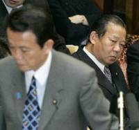 In focus: Economy, Trade and Industry Minister Toshihiro Nikai (right), who is believed to be prosecutors' next target in the probe into illicit donations from Nishimatsu Construction Co., attends an Upper House Budget Committee session Friday with Prime Minister Taro Aso.   KYODO PHOTO