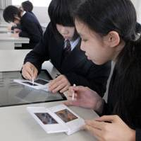 This is a DS: Junior high school students at Tokyo Joshi Gakuen in Minato Ward use Nintendo Co.'s DS during their English-language class on March 5. | YOSHIAKI MIURA PHOTO