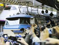 End of an era: The last 'blue train' sleeper express linking Kyushu and Tokyo arrives at Tokyo Station on Saturday morning as thousands of fans wait to catch a glimpse of the nostalgic train. | KYODO PHOTO