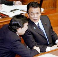 Hanging on: Prime Minister Taro Aso (right) talks with Finance Minister Kaoru Yosano on Friday in the Upper House. | KYODO PHOTO
