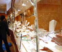 Smash, grab: Thieves used a truck early Monday to smash their way into the Ebisu Jewelry Shop in Kobe before making off with some 10 million worth of goods. | KYODO PHOTO