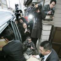 Evidence hunt: Prosecutors carry out boxes of documents from the office of Ichiro Ozawa, president of the Democratic Party of Japan, in Oshu, Iwate Prefecture, in a March 4 raid. | KYODO PHOTO