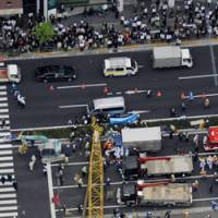 A 28-meter-high pile driver lies across three lanes of National Route 20 (Shinjuku Dori) in central Tokyo near the Imperial Palace, after it toppled over during construction work Tuesday. The accident injured six people, two seriously. | KYODO PHOTO