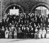 Inspiration: Participants in a 51-member business and economic mission to the U.S. pose for a photo during a visit to inventor Thomas Edison's company in September 1909. | KYODO PHOTO