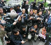 Media frenzy: Reporters gather at the main gate of the Tokyo District Court in April 2007 for a verdict in the trial of Joji Obara, who was arrested in 2001 on charges of rape resulting in the death of British bar hostess Lucie Blackman.   AP PHOTO