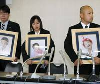 Little consolation: Akio Ogami (right) and his wife, Kaori, hold pictures of their children, who were killed in an August 2006 accident involving drunken driver Futoshi Imabayashi, during a news conference Friday in Fukuoka, after the high court extended the driver's prison term to 20 years. | KYODO PHOTO