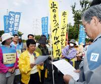 Speaking out: An antinuclear activist reads out a statement of protest to an official of Kyushu Electric Power Co.'s Genkai No. 3 nuclear power plant on Saturday after a second shipment of MOX fuel arrived from France. | KYODO PHOTO