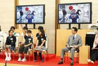 Collect call?: Astronaut Koichi Wakata chats with elementary school students gathered Wednesday at the Prime Minister's Official Residence, with Prime Minister Taro Aso in attendance. | KYODO PHOTO