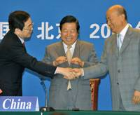 Joining forces: (from left) Japan's Tetsuo Saito, China's Zhou Shengxian, and South Korea's Lee Maa Nee shake hands at the 11th tripartite talks on the environment.   KYODO PHOTO