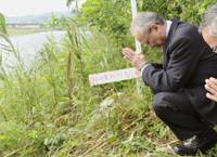 For the departed: Toshikazu Sugaya (left) offers a prayer Wednesday for Mami Matsuda, 4, who was found slain along the Watarase River in Ashikaga, Tochigi Prefecture, in May 1990. He was convicted of her killing but recently freed.   KYODO PHOTO