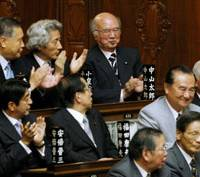 Surgery over: Former Foreign Minister Taro Nakayama (top right), one of the architects behind the revised organ transplant bill that cleared the Lower House on Thursday, applauds with fellow LDP bigwigs in the chamber.   KYODO PHOTO