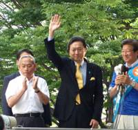 On the stump: Democratic Party of Japan leader Yukio Hatoyama waves during a campaign speech in the city of Shizuoka on June 25 in support of gubernatorial candidate Heita Kawakatsu (right). | KYODO PHOTO