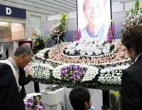 Flowered sendoff: A floral funeral altar is displayed at the Funeral Business Fair in Yokohama in 2008. | SATOKO KAWASAKI PHOTO