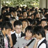 Trial of patience: Some 2,000 people line up Monday in Tokyo's Kasumigaseki district for a chance to get tickets for the 58 gallery seats at the first trial involving lay judges. | KYODO PHOTO