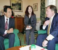 Comparing notes: Democratic Party of Japan Deputy President Naoto Kan speaks to former British Deputy Prime Minister John Prescott in London on June 9. | KYODO PHOTO
