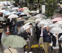 Only game in town: Thousands of people wait in line Monday morning in Hibiya Park in central Tokyo in hopes of winning courtroom tickets to view actress Noriko Sakai's drug trial. | KYODO PHOTO