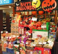 No tricks, plenty of treats: A Kaldi Coffee Farm outlet, which sells coffee beans and other imported foods, in the Takanawa district in Minato Ward, Tokyo, is one of the many retailers and restaurants hoping Halloween campaigns will stimulate consumer appetites. | SATOKO KAWASAKI PHOTO