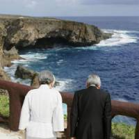 Banzai cliff: Emperor Akihito and Empress Michiko pay their respects in June 2005 at a notorious cliff on Saipan where many Japanese jumped to their deaths to avoid capture by U.S. forces. | KYODO PHOTO