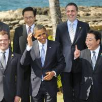 Photo op: Prime Minister Yoshihiko Noda and his APEC counterparts, including U.S. President Barack Obama and Russian President Dimitry Medvedev, take part in a photo session during their Nov. 13 summit in Honolulu. | KYODO PHOTO