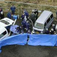 Getaway car: Police examine a minivan (right) in which shooting suspect Chong Yong Bom was found dead of an apparent suicide in Kujukuri, Chiba Prefecture, on Thursday. | KYODO