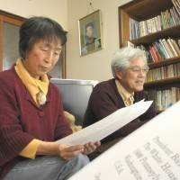 No guns: Mieko and Masaichi Hattori read a copy of the letter they sent to President Barack Obama urging stricter gun controls in the U.S. at their home in Nagoya. | CHUNICHI SHIMBUN