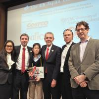 Winner Daichi Hayakawa poses with (from left) The Japan Times Vice Chairman Yukiko Ogasawara; Marc Davies, who served as the event's MC; James Tschudy, the bee's pronouncer; Leo Hourvitz of Google Japan; and Mark Thompson, head of the newspaper's digital media division. Ogasawara, Hourvitz and Thompson served as judges for the event.    YOSHIAKI MIURA