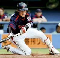 Yakult Swallows outfielder Yasushi Iihara drives in the go-ahead run on a squeeze bunt in the fifth inning against the Chiba Lotte Marines at Chiba Marine Stadium on Saturday. The Swallows won 3-2. | KYODO PHOTO