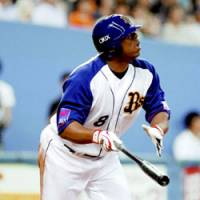 Tuffy Rhodes, the Orix Buffaloes' laid-back slugger, watches his second homer of the June 13 interleague game against his ex-club, the Yomiuri Giants, at Kyocera Dome in Osaka. The four-time home run king still plays well as the team leader at age 39. | KYODO PHOTO