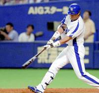 Chunichi Dragons outfielder Lee Byung Kyu hits a grand slam off Yomiuri Giants starter Hisanori Takahashi in the fifth inning on Tuesday at Nagoya Dome. The Dragons won 7-3. | KYODO PHOTO
