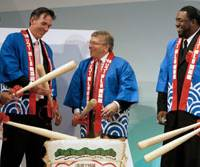 Oakland Athletics pitcher Huston Street (left), A's General Manager Billy Beane (second from left), MLB Players' Association CEO Eugene Orza (right) and Boston player David Ortiz attend a sake barrel breaking ceremony at a welcome party in Tokyo on Friday. | AP PHOTO