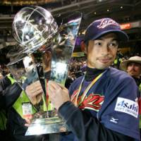 Ichiro Suzuki hold the World Baseball Classic championship trophy on March 20, 2006 in San Diego. It was announced on Monday that Japan would begin its defense of the title on March 5, 2009 at Tokyo Dome. | AP PHOTO