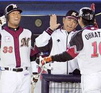 Chiba Lotte's Shoitsu Omatsu is congratulated by teammate Tasuku Hashimoto and manager Bobby Valentine after cracking a three-run homer in the fourth inning against Tohoku Rakuten on Tuesday night.   KYODO PHOTO