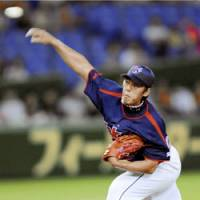After four years: Yakult Swallows starter Ryo Kawashima delivers a pitch against the Yomiuri Giants on Tuesday en route to earning his third victory of the season and first win at Tokyo Dome since May 15, 2004. The Swallows won 7-4. | KYODO PHOTO